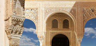 Arcos en estilo (moro) islámico en Alhambra, Granada, España Foto de archivo