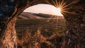 Arcos en Italia en la puesta del sol imagen de archivo