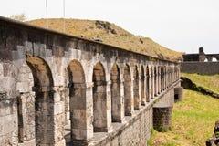 Arcos en la pared de piedra vieja Fotos de archivo