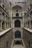 Arcos en un paso antiguo bien en la India Imágenes de archivo libres de regalías