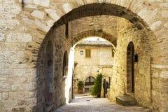 Arcos en una calle del vintage de Toscana Fotografía de archivo libre de regalías