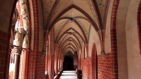 Arcos góticos y galerías en el castillo de la orden teutónica en Malbork, Polonia metrajes