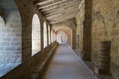 Arcos medievales de la piedra caliza en el monasterio de Gellone, Francia, UNSECO Fotos de archivo libres de regalías