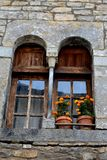 Arcos medievales para Windows en Ainsa, España Imagen de archivo libre de regalías