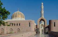 Arcos, minarete e abóbada da mesquita grande de Omã fotografia de stock