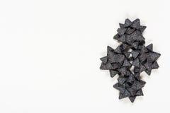 Arcos negros del día de fiesta en el fondo blanco Fotografía de archivo libre de regalías