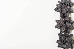 Arcos negros del día de fiesta en el fondo blanco Imágenes de archivo libres de regalías