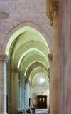 Arcos no interior da catedral gótico Imagens de Stock