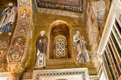 Arcos sarracenos y mosaicos bizantinos dentro de la capilla de Palatine de Royal Palace en Palermo Imagen de archivo libre de regalías