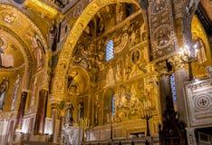 Arcos sarracenos y mosaicos bizantinos dentro de la capilla de Palatine de Royal Palace en Palermo Imágenes de archivo libres de regalías