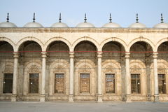 Arcos simétricos - mesquita de Hussein da sultão imagens de stock royalty free