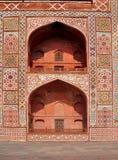 Arcos simétricos no túmulo de Akbar, Agra Fotografia de Stock
