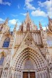 Arcos y agujas en la iglesia de Barcelona Fotos de archivo