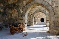 Arcos y columnas en la caravanseray de Sultanhani encendido Imagenes de archivo
