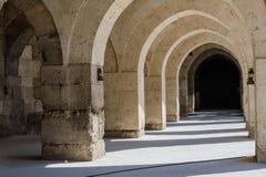 Arcos y columnas en la caravanseray de Sultanhani encendido Fotografía de archivo