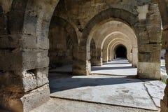 Arcos y columnas en la caravanseray de Sultanhani encendido Foto de archivo libre de regalías