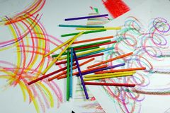 Arcos y curvas coloridos con los creyones y los lápices imagen de archivo libre de regalías