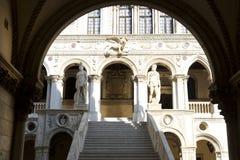 Arcos y estatuas, palacio del dux imagen de archivo libre de regalías