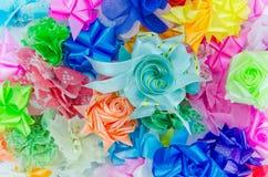 Arcs colorés de cadeau avec des rubans photo stock
