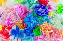 Arcs colorés de cadeau avec des rubans image stock