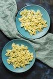 Arcs de pâtes des plats bleus Vue de ci-avant Photographie stock