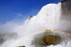 Arcs-en-ciel chez Niagara Falls Photographie stock