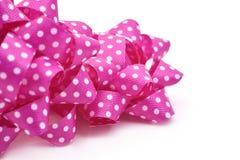 Arcs roses de souffle de cadeau modelés avec les points blancs Images libres de droits