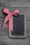 Ardósia velha - esvazie o quadro preto para um cartão ou uma placa de madeira para anunciar Foto de Stock