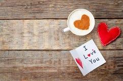 Ard pour le jour de valentines, le coeur rouge de jouet et une tasse de café Image stock