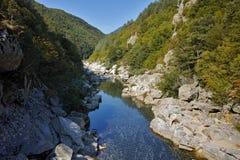 Arda-Fluss und Rhodopes-Berg nahe der Brücke des Teufels, Bulgarien Stockfoto