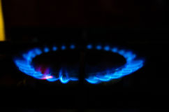 Arda o gás de um fogão ardente na obscuridade Imagens de Stock