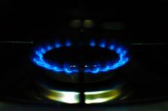 Arda o gás de um fogão ardente na obscuridade Imagens de Stock Royalty Free