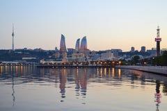 Arda torres na opinião da noite do bulevar do beira-mar em B Foto de Stock Royalty Free