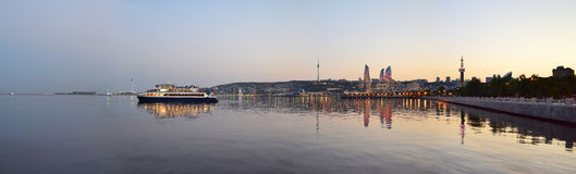 Arda torres na opinião da noite do bulevar do beira-mar em B imagens de stock