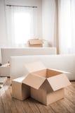 Ardboard κιβώτια Ñ  και έπιπλα στο κενό δωμάτιο, έννοια επανεντοπισμού Στοκ εικόνα με δικαίωμα ελεύθερης χρήσης