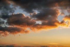 Ardemment, ciel de coucher du soleil de couleurs oranges et rouges images stock
