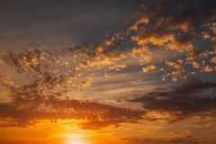 Ardemment, ciel de coucher du soleil de couleurs oranges et rouges photographie stock