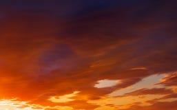 Ardemment, ciel de coucher du soleil de couleurs oranges et rouges photos libres de droits