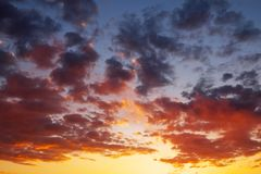 Ardemment, ciel de coucher du soleil de couleurs oranges et rouges images libres de droits