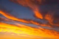 Ardemment, ciel de coucher du soleil de couleurs oranges et rouges image libre de droits