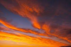 Ardemment, ciel de coucher du soleil de couleurs oranges et rouges photo libre de droits