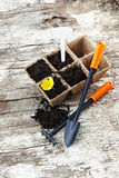 Arden narzędzia przeszuflowywają, grabiją, mszarników garnki na starym drewnianym tle zdjęcie stock