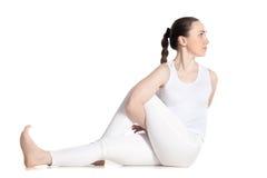 Ardha Matsyendrasana瑜伽姿势的变异 免版税库存照片