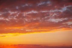 Ardientemente, cielo de la puesta del sol de los colores anaranjados y rojos fotografía de archivo