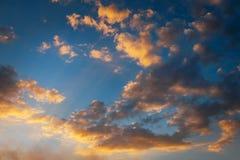 Ardientemente, cielo de la puesta del sol de los colores anaranjados y rojos foto de archivo libre de regalías
