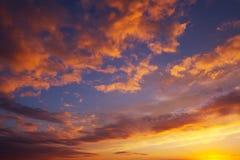 Ardientemente, cielo de la puesta del sol de los colores anaranjados y rojos imagen de archivo