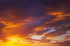 Ardientemente, cielo de la puesta del sol de los colores anaranjados y rojos imágenes de archivo libres de regalías