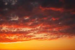 Ardientemente, cielo de la puesta del sol de los colores anaranjados y rojos fotografía de archivo libre de regalías