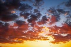 Ardientemente, cielo de la puesta del sol de los colores anaranjados y rojos fotos de archivo libres de regalías