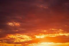 Ardientemente, cielo de la puesta del sol de los colores anaranjados y rojos imagen de archivo libre de regalías